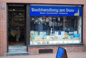 Die Buchhandlung am Dom, das Schaufenster und der Eingang